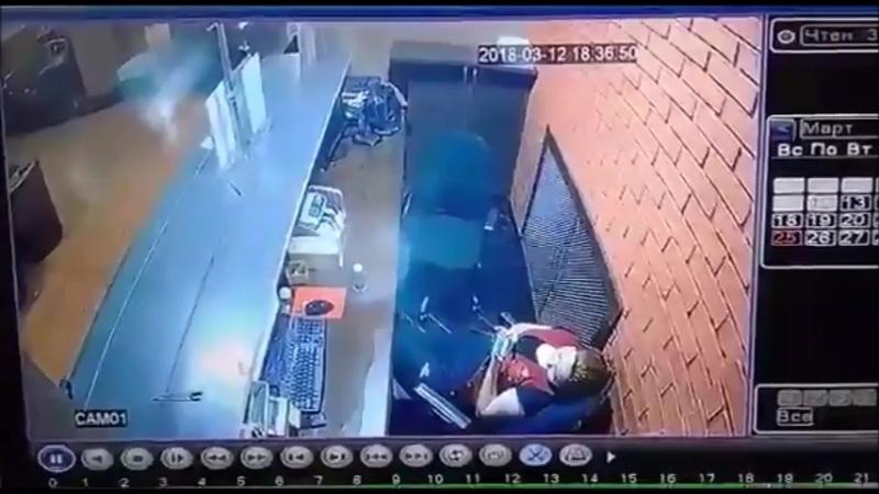 В Алмате 12 марта 2018г. грабитель ворвался в одну из букмекерских контор и стал стрелять в Оператора БК