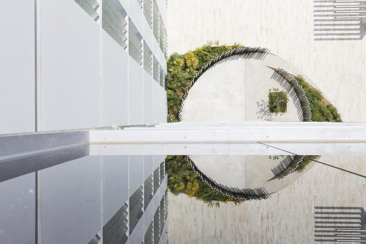Студия «RCR Arquitectes» завершила работу над люксовым комплексом апартаментов на искусственном острове в Дубае, который характеризуется стеклянными балконами на каждом этаже и текстурой стеклянных жалюзи на фасадах.