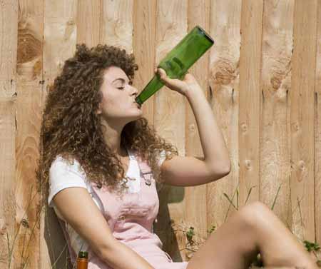 Алкогольное отравление может возникать, когда человек чрезмерно пьет в попытке справиться с травмой.