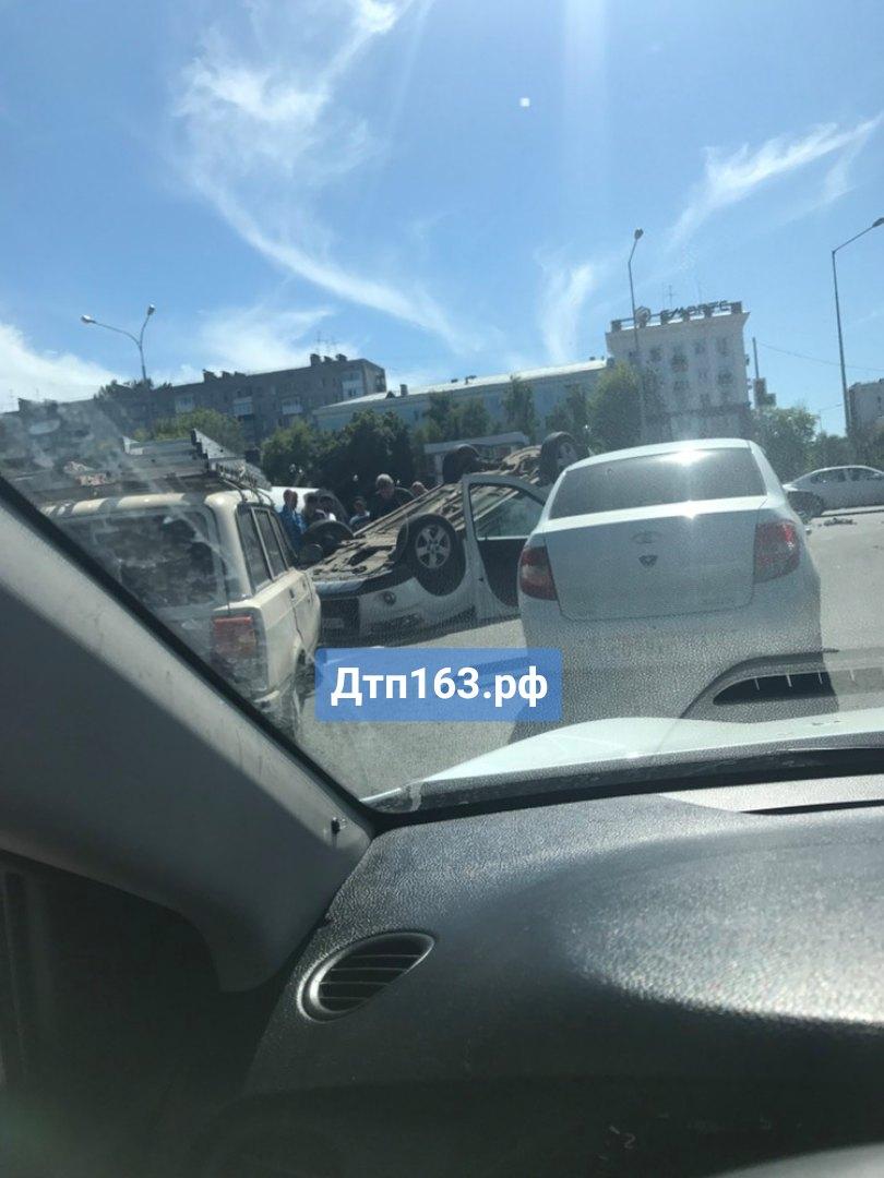 В Самаре на Ново-Садовой Mitsubishi перевернулось после столкновения с такси