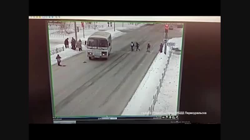 Девочку сбил автобус