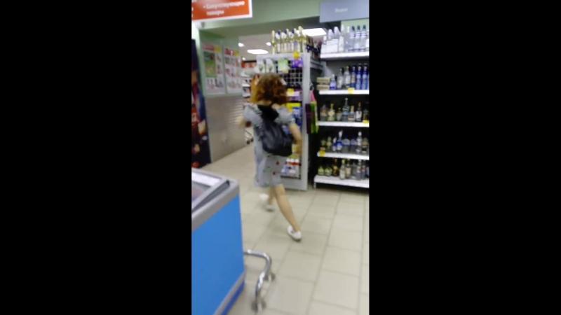 Как Изабелла идёт покупать воду после тренировки!