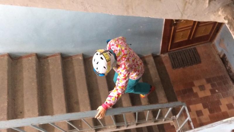 урок №1,как правильно спускаться в горнолыжных ботинках с лестницы)урок усвоен!
