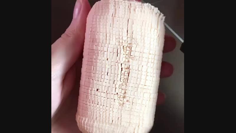 Мелко режет белое мыло