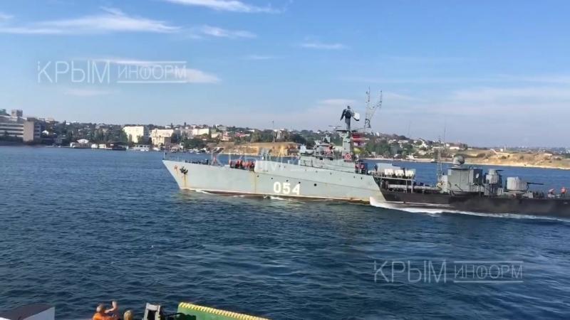 Les passagers du ferry dans la baie de Sébastopol ont pu voir la sortie en mer du petit navire anti-sous-marin Yeysk