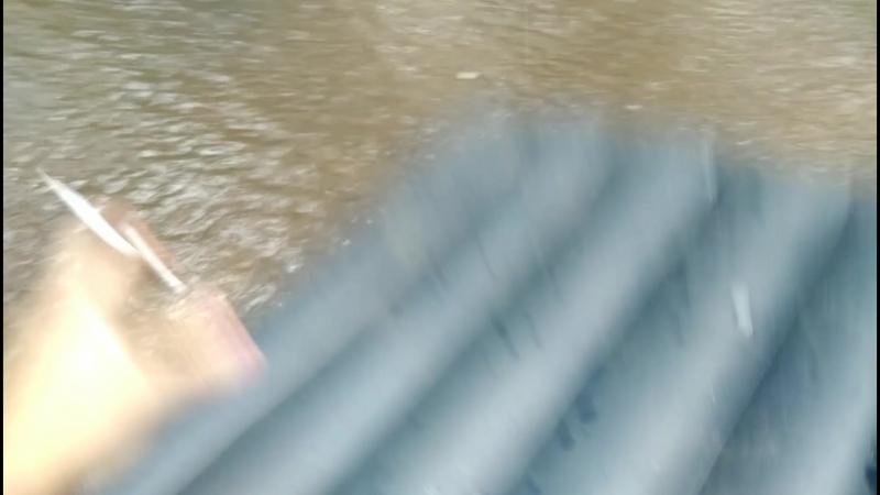на матрасе, в дождь по луже