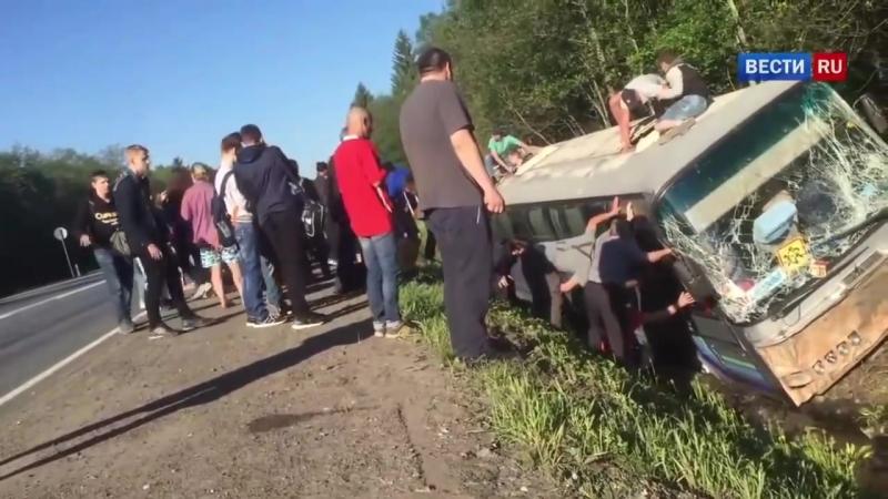 Автобус с детьми улетел в кювет под Псковом - Россия 24