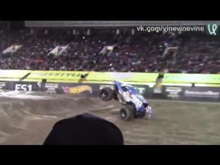 Огромный монстр-грузовик делает фронт флип на соревнованиях