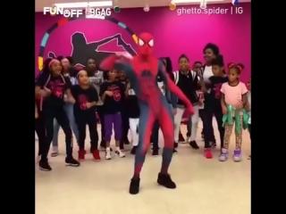 Человек-паук танцует под музыку 80-х