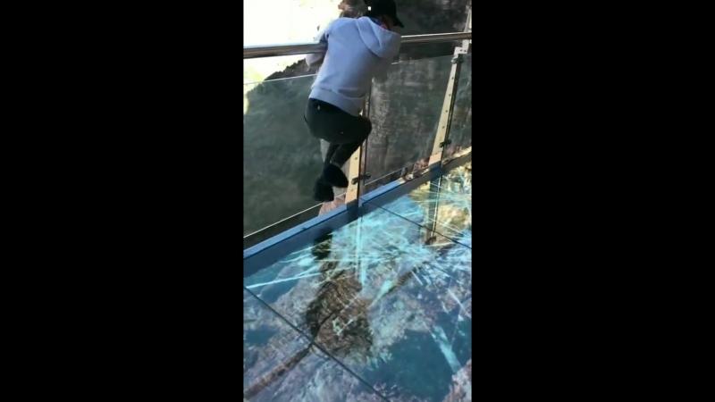 Китаец боится идти по стеклянному мосту