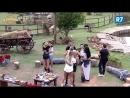 Em clima de romance, peões dançam ao som de João Neto e Frederico