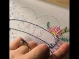 Emmie McMackin вышивает цветок
