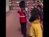 Не стой на пути у британского гвардейца. Китайская туристка не знала этого правила