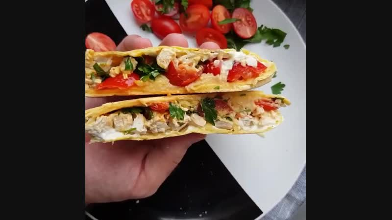Горячий бутерброд с индейкой творожным сыром и кинзой