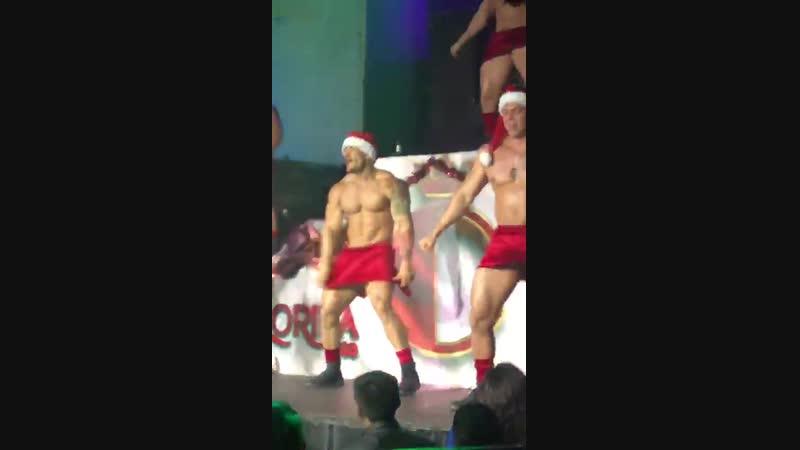 Gogoboys dançam e mostram tudo fantasiados de Papai Noel em vídeo viralizado na web