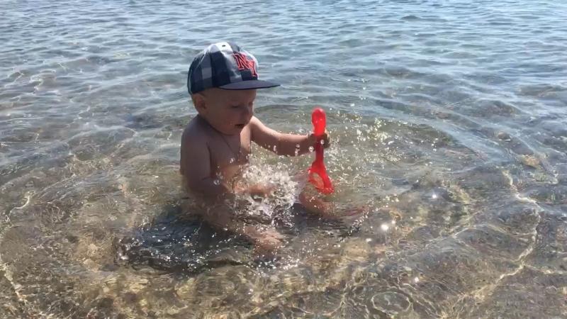 Малыш и море 👼🏼😍 первая встреча 🌊 уже пользуется популярностью у девчонок на пляже 🤣👙