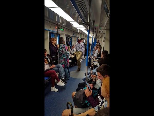 Дэдпул Веном танцуют в Московском метро