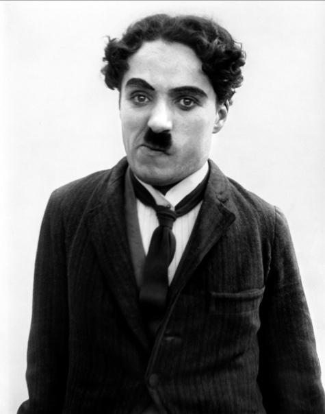 past Чарли Чаплин. Сэр Ча́рльз Спе́нсер (Ча́рли) Ча́плин (16 апреля 1889 - 25 декабря 1977) - американский и английский киноактёр, сценарист, композитор и кинорежиссёр, универсальный мастер