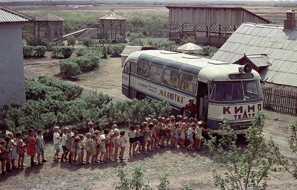 """Очередь в автобус-кинотеатр """"Малютка"""", СССР. 60-е."""
