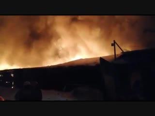 Под Омском загорелся ангар с техникой