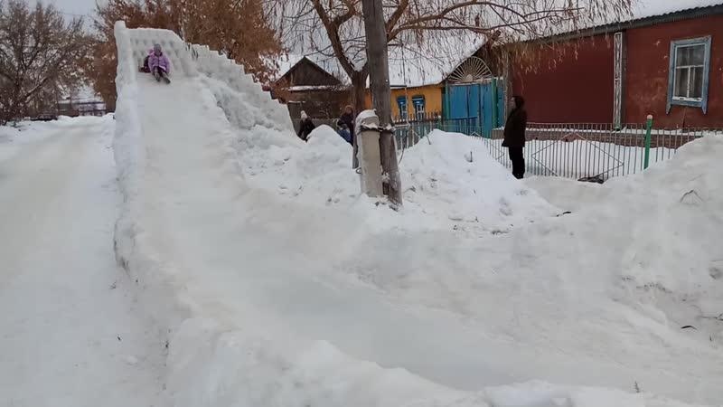 Ледяная горка на ул. Тополиной в Красном флаге