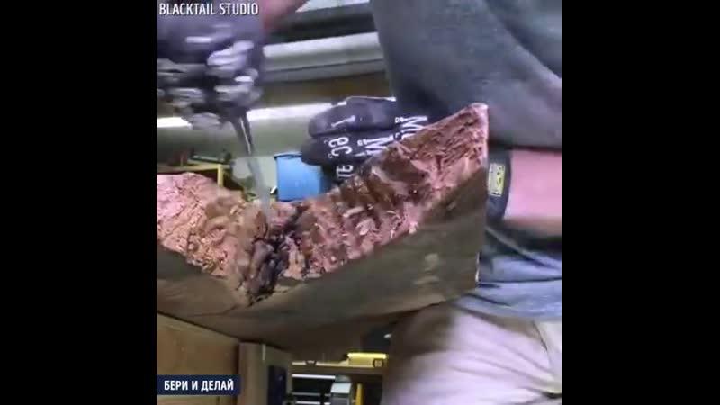 Обеденный стол из дерева и черной эпоксидной смолы
