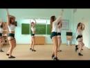 Красивые стройные школьницы танцую в классе в очень коротких шортиках тверк крутят попой на камеру