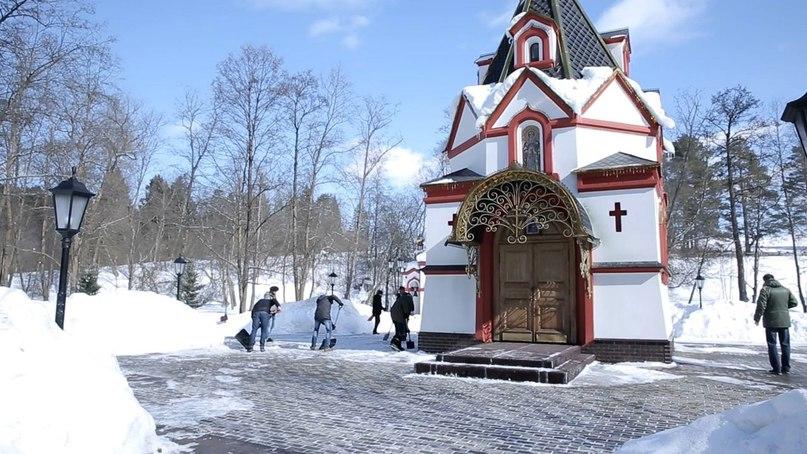 Волонтеры кинокомпании «Союз Маринс Групп» на Святом источнике в селе Талеж
