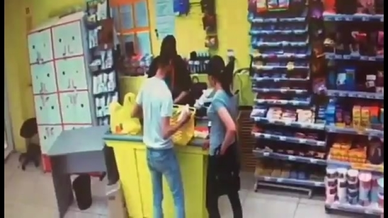 Полицейские разыскивают подозреваемых в краже продуктов питания
