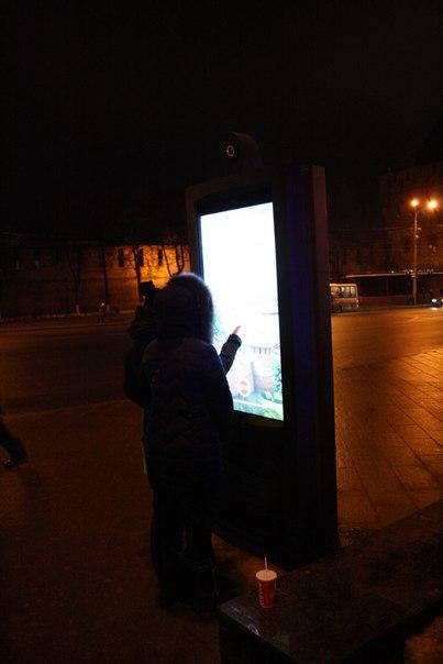 У автобусной остановки поставили информационный интерактивный тотем. Теперь гости могут потыкать в экран  Январь 2018