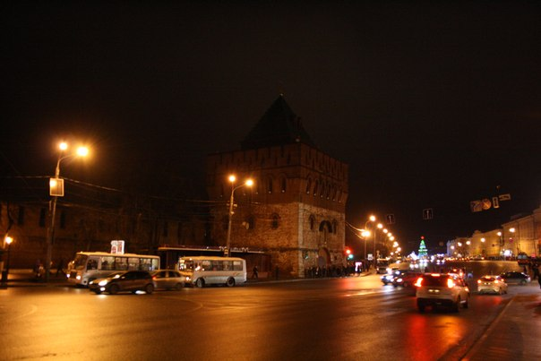 Дмитровская башня — символ города. А ночью становится главным транспортным хабом  Январь 2018