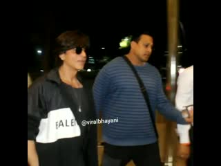 #shahrukhkhan snaped at airport and a lucky fan had her day