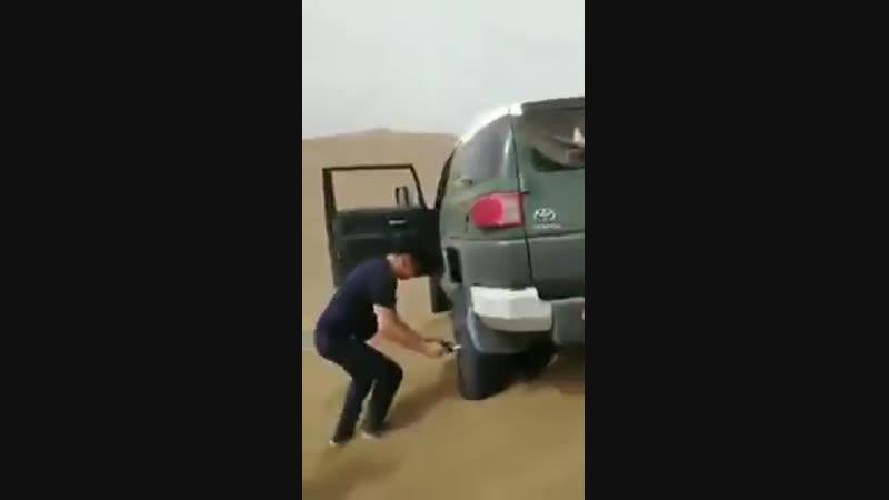 Как вытащить Тойоту из песка с помощью двух лопат