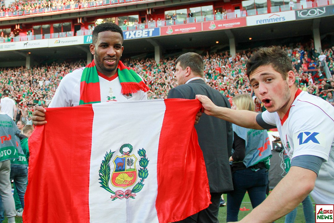 Фарфан и Корян с флагом Перу. Фото: Дмитрий Бурдонов / Loko.News