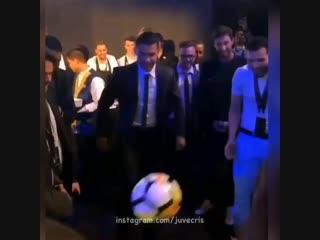 Криштиану почеканил мячик перед началом церемонии globe soccer