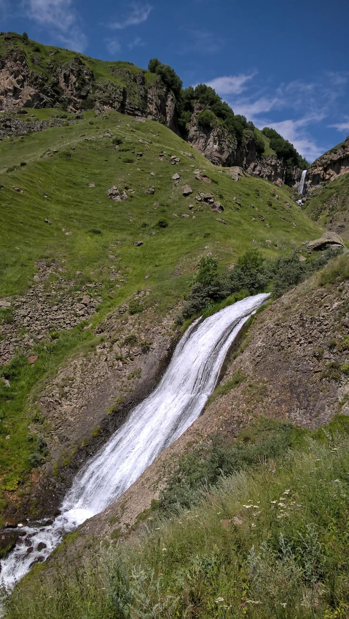 Двух-уровневый водопад Тоти около Казбеги