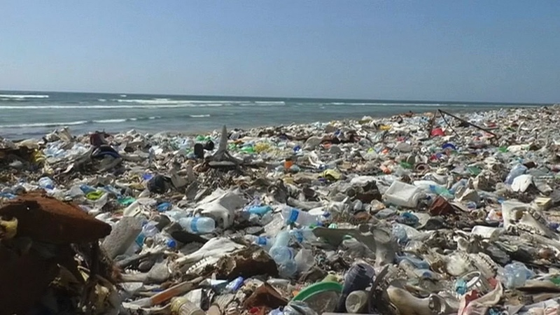 В Сомали из пластикового мусора делают кровельную плитку
