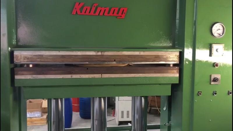 Работа пресса и пресс-форм при производстве элементов декара из древесной пасты-пульпы .