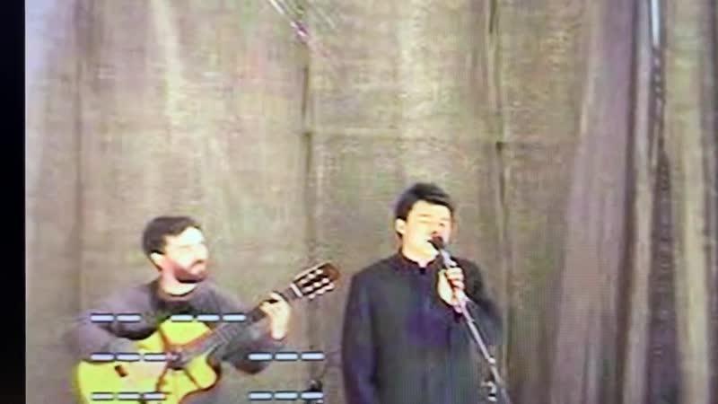 Китайский Максим поёт 《не жалею не зову не плачу》