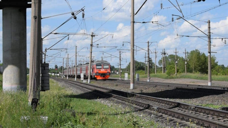 Электропоезд ЭД9М-0113 с приветливой бригадой.