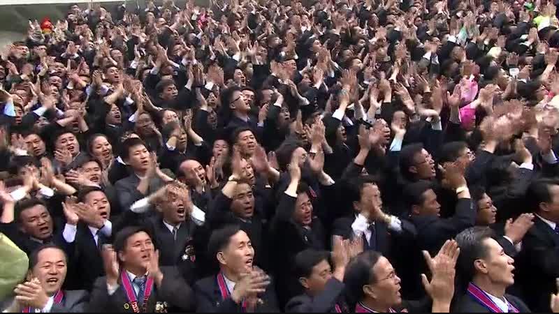 경애하는 최고령도자 김정은동지께서 창립 70돐을 맞이한 김책공업종합대학을 방문하시여 교원, 연구사들을 축하하시고 기념사진을 찍으시였다