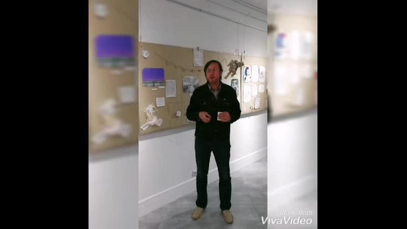 Мастак Алесь Пушкін адзначае працу на адкрыцці выставы мастацкіх прац знаволеных Мары з за кратаў