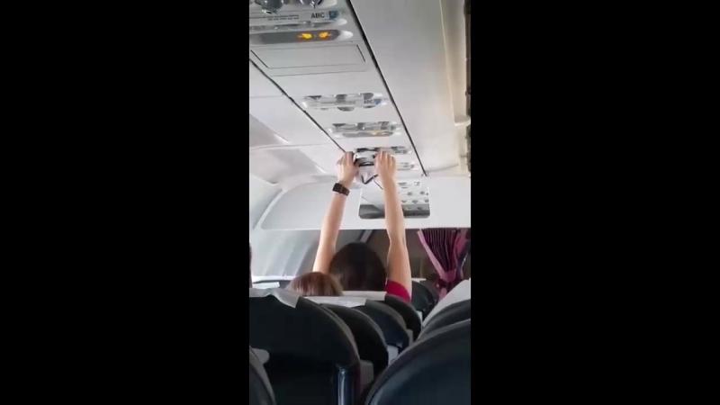 Женщина сушит трусы в самолете!