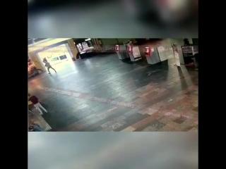 момент нападения Гамбара Махмудова, неадекватный рецидивист наносит удары большим кухонным ножом
