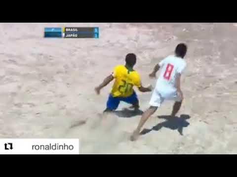 Рональдиньо в пляжном футболе