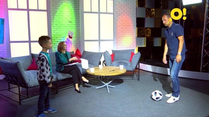 Футболист Сергей Игнашевич показывает, как сделать подкрутку мяча