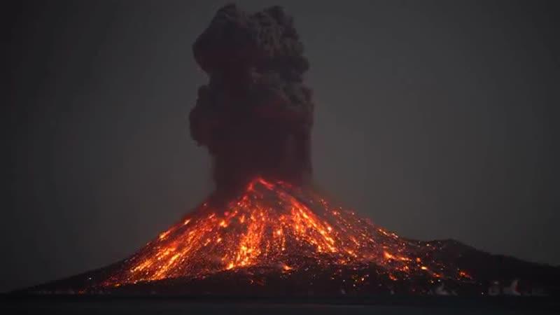 Индонезийский вулкан извергает молнии.