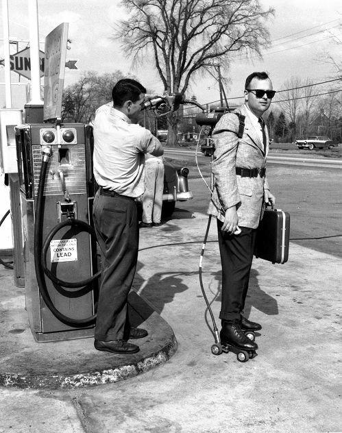 Заправка моторизованных роликов торгового агента, США, 1961 год.