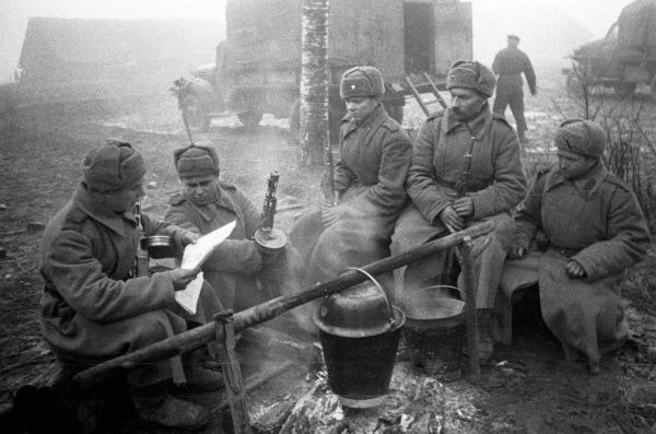 Что ели бойцы Красной Армии на фронтах Великой Отечественной Во время войны могли девальвироваться любые материальные ценности, но только не еда: вожделенным становился даже черствый кусочек