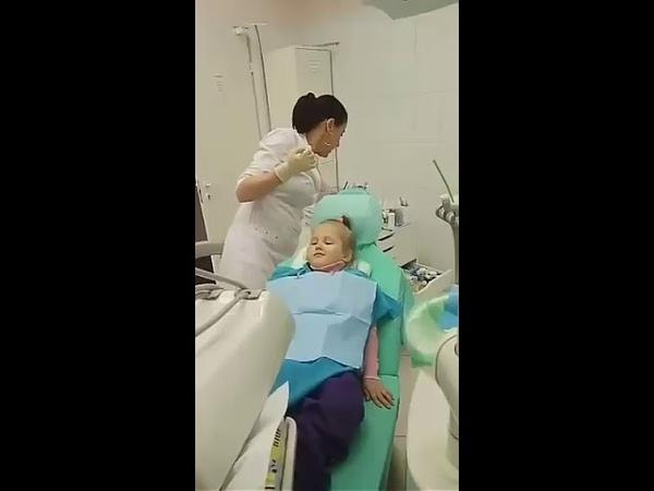 Супер зубной врач спасает малышку